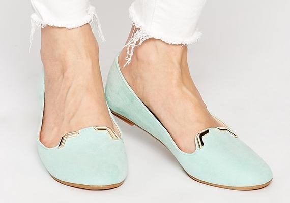 A balerinacipő sem tabu, de olyat keress, amely legalább a lábfej felét betakarja - a nagyon kivágott lábbeli ugyanis nagyít.
