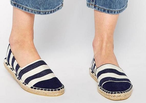 Érdemes a csíkokkal csalni: az egyszerű bebújós cipő is kicsinyíti a lábfejet, ha vízszintes csíkos a mintája.