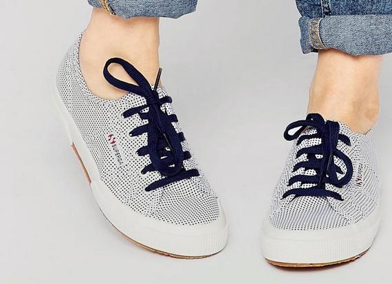 Ha fűzős cipőt vásárolsz, figyelj rá, hogy a fűzősor ne végződjön túl távol a lábujjaktól, mert a hosszú cipőorr nagyobbnak mutatja a lábat.
