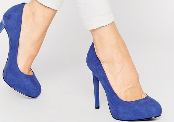 A magas sarkú cipő egyébként is kisebbnek mutatja a lábfejet annak állása miatt, de ezt fokozhatod, ha kerek orrú, nem hegyes darabot választasz.