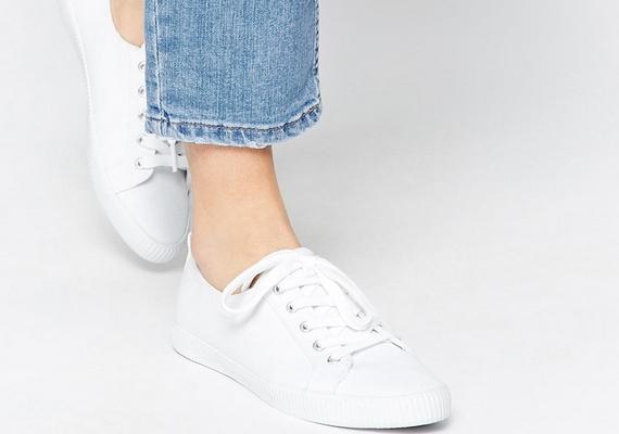 A tornacipőpártiaknak arra kell figyelnie, hogy a talp gumicsíkja vagy vékony, vagy ugyanolyan színű legyen, mint a cipő vászonrésze, mert a vastag, elütő csíktól nagyobbnak tűnik a láb.
