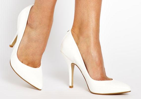 Az egyszerű fehér, nyolcvanas évekre jellemző cipő továbbra is velünk marad, ami jó hír, mert jól passzítható sok ruhához.