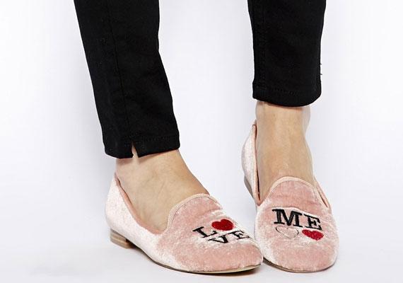 A balerinacipőt felváltotta a papucscipő, ami egyszerű feketében is kapható szinte mindenhol, de sokkal menőbb lesz idén a feliratos változat.