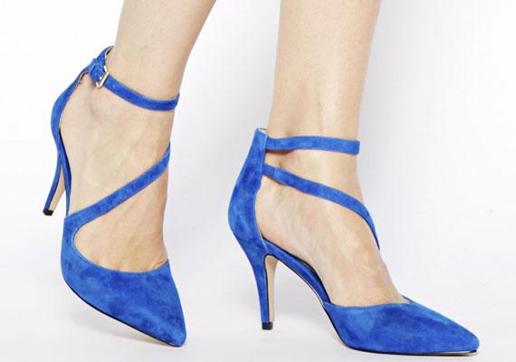 A pántos cipőknél a lábfejen keresztbefutó csík lesz divatos.