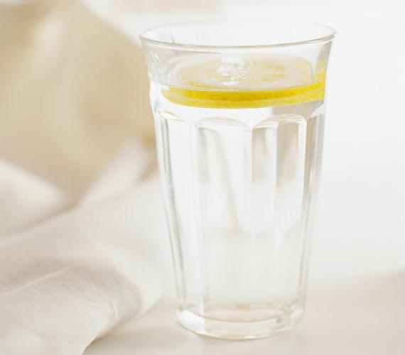 Reggel egy pohár citromos víz beindítja az anyagcserét, hidratálja a szervezetet, nem mellesleg pedig természetes C-vitamint juttatsz a szervezetedbe.