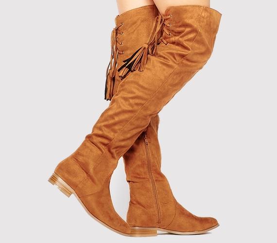 Ahogy minden, ami a hetvenes évek stílusát idézi, úgy az élénk mustárszínű, térd fölé érő csizma is divatos.
