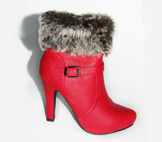 Szintén bátor választás ez a szőrmével díszített modell. Bár a piros szín klasszikus cipőszínnek számít, mégsem gyakori az utcákon és az irodákban. Szupernőies hölgyeknek ajánljuk! Megtalálod az MK áruházban, ára 5900 forint.