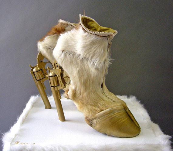 Ennél ízléstelenebb dolgot nehéz elképzelni, és nem csak a cipők terén.