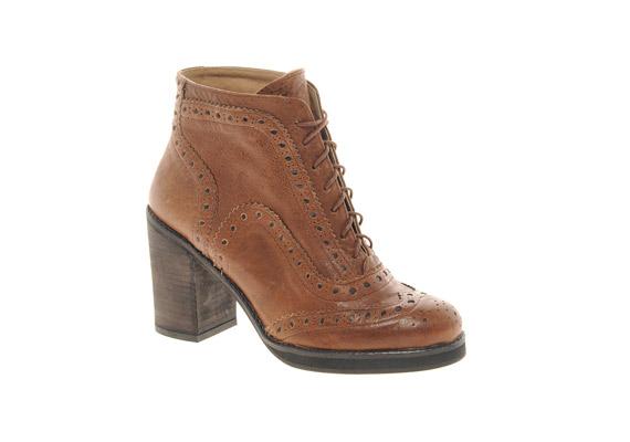 Megjelentek az ormótlan bakancsok és a kockasarkak, melyek egy egyébként jó szabású cipőt is tönkretesznek.