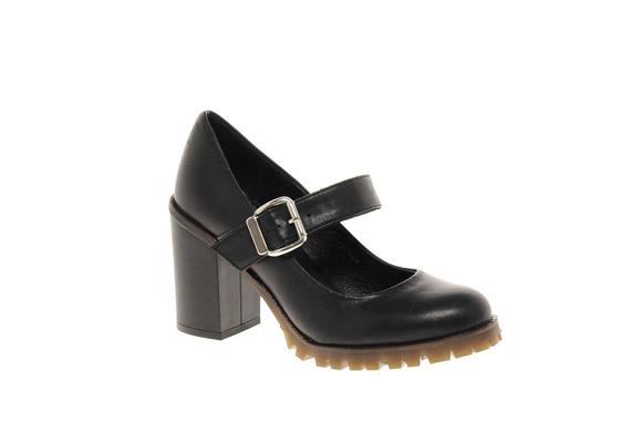 A Martens cipőire hajazó darab, amiben szintén semmi nőies nincs, egyrészt a kockatalp, másrészt az elnagyolt csúszásgátlók miatt.