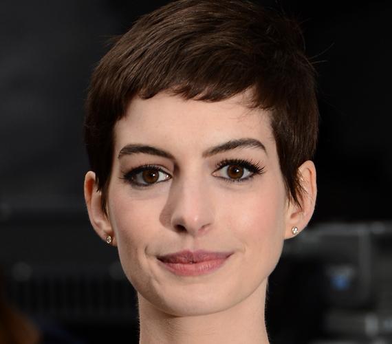 Anne Hathaway őzikeszemei hatalmasak, mint ahogy ajkai is dúsak. Néhány éve egészen rövid, fiús frizurára váltott, amellyel óhatatlanul is kiemelte az arcvonásait.