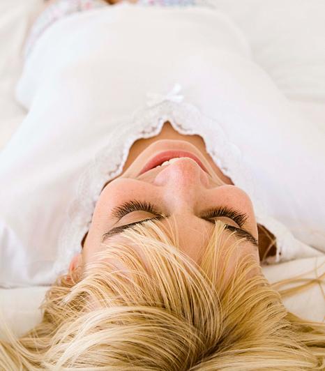 Próbálj meg a hátadon aludni, ha ugyanis oldalt fekszel, a mellek között a bőr összegyűrődik, ami egy idő után csúnya ráncokat eredményez. Ezt ellensúlyozandó használj feszesítő krémet, és frissítsd fel reggelente a bőrt hideg vízzel.
