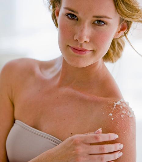 A mindennapos ápolás és a heti egyszeri extra kényeztetés nem csupán az arcodnak jár ki, de a melleknek és a dekoltázsnak is. Itt ugyanolyan vékony a bőr, mint az arcon, ráadásul kevesebb faggyúmirigy is van a bőrben, tehát gyorsabban kiszárad. A mellek súlya miatt könnyen megereszkedhet a bőr - segíts feszesítő krémekkel!