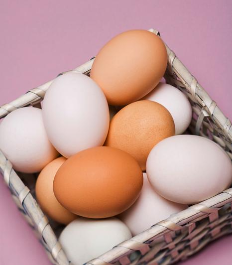 A tojásban található kollagén kitűnő feszesítő, ezért a fehérje remek lehet pakolásokba. Verd fel, majd forgasd össze szintén felvert tejszínnel, és a habot vidd fel a dekoltázsodra és a mellekre.