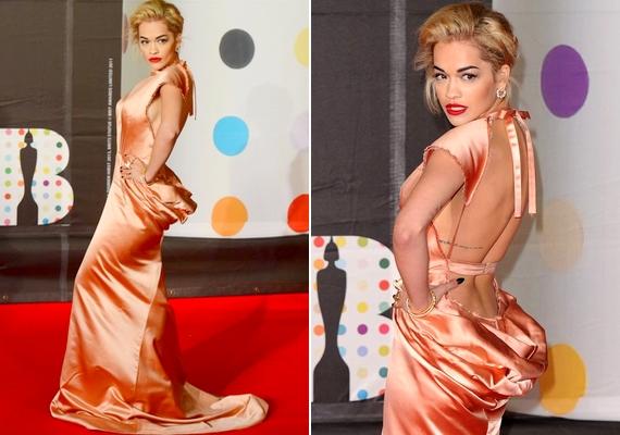 Rita Ora ugyan formás, de egy gramm felesleg sincs rajta - ám a képen látható ruhával optikailag felpakolt magára jó néhány plusz kilót.