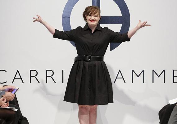 Jamie Brewer színésznőként talán ismerős lehet, feltűnt a Glee - Sztárok leszünk! című sorozatban, valamint az Amerikai Horror Story állandó szereplőjeként is. Most azonban modellként is bemutatkozott: Carrie Hammer divattervező a New York-i divathét keretében a Down-szindrómás Jamie-t választotta egyik modelljének.