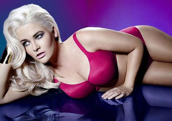 A modell sminkje is visszafogott, hogy ne vegye el a figyelmet a nőies formákról és a fehérneműkről.