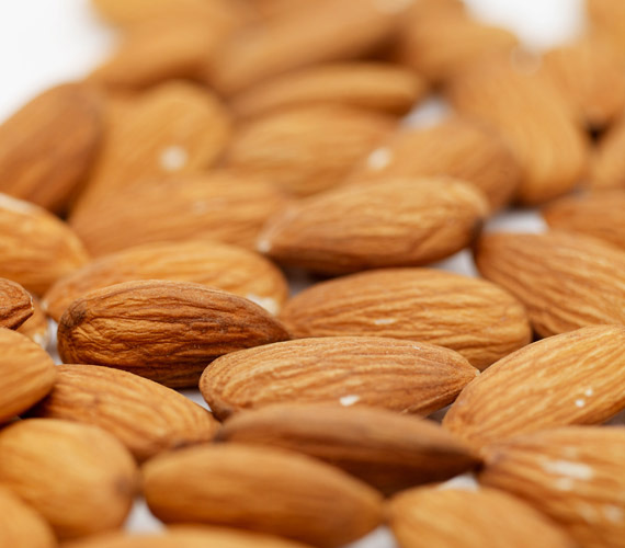 A mandula igazi szupertáplálék. E-vitamint, kalciumot, vasat és cinket is tartalmaz többek között, a vékony, barna héját is érdemes elfogyasztani.