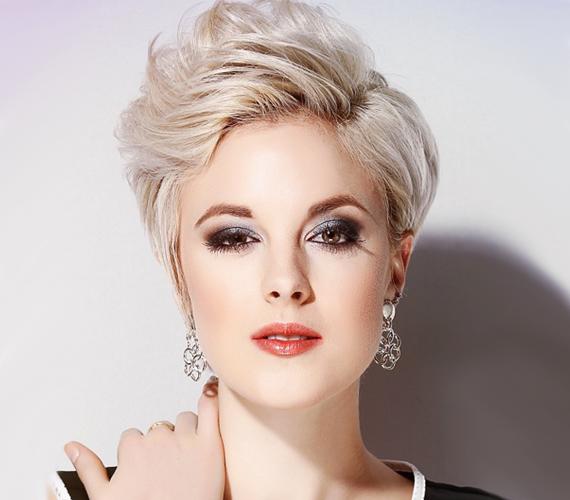 A kicsit hosszabbra hagyott pixie nagyszerű megoldás lehet a vékony szálú hajjal küszködők számára. A kúpos sziluett és a rétegek jó tartást adnak, főleg, ha a hajtöveknél egy kis tupírozással segítesz a frizurádnak reggelente. A rövid haj emellett jó lehetőséget biztosít arra, hogy kipróbálj egy új, divatos színt, így akár izgalmas szőke vagy vörös árnyalatokkal is fokozhatod a hatást.