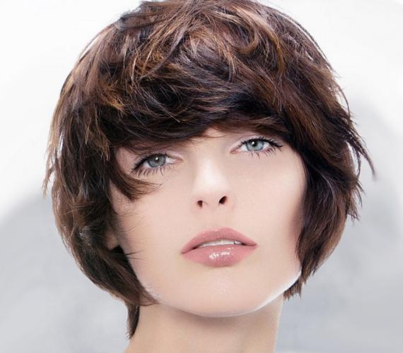 A hátul egyenes vágás erőteljesebbnek mutatja a hajat, míg a kissé féloldalas frufru nőies, lágy aszimmetriát ad a frizurának. Az összhatást azonban a kaotikus kócosság koronázza meg, mely sötétebb vagy ombre festéssel nemcsak misztikus, de dúsabb jelleget is kölcsönöz a hajnak.