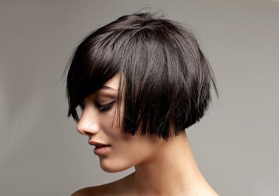 Az egyenesre vágott tincsek tömöttnek mutatják még a rövid hajat is.