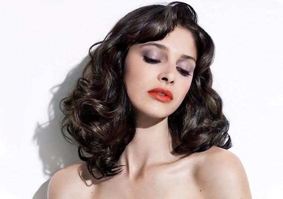 Katy Perry hozta divatba az ötvenes évek népszerű frizuráját. A lágy hullámok dúsnak mutatják a hajat.