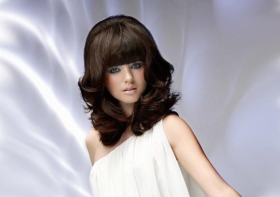 Ez a retró frizura bizonyítja, hogy a magasról induló frufru dúsnak mutatja a hajat.