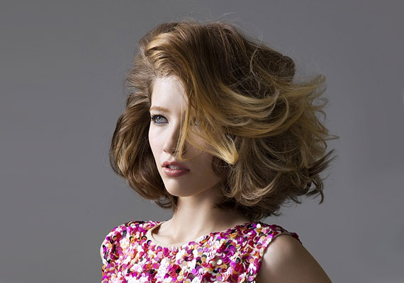 Nagy csavarók és oldalsó választék: ez teszi dússá ezt a félhosszú frizurát.
