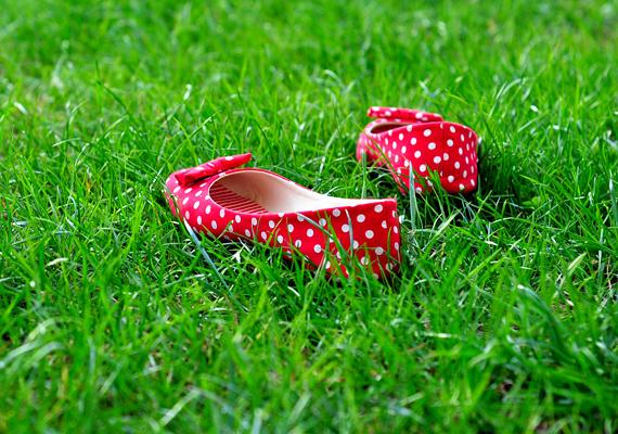 A balerinacipő talpa szinte papírvékony, nem védi eléggé jól a talpadat, ami könnyen megnyomódhat, ha például egy nagyobb kavicsra lépsz. Ugyanakkor ez a cipellő nem fogja a lábadat, ami a bokádnak is megerőltetést jelent. Egy vastagabb, bőr talpbetéttel elkerülheted a gondokat.