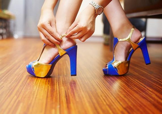 A platformcipők túl magas sarka szintén a bokát és a lábujjak alatti párnás részt teszi próbára. Mivel utóbbira helyeződik a testsúly, könnyen megnyomódhat, ami hosszú távon tyúkszemet idézhet elő. Mi azt javasoljuk, hogy ezt a lábbelit csak alkalmakra vedd fel, ennyi még belefér.