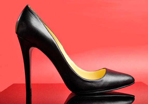 A szűk orrú cipők gyakori viselése tyúkszem, illetve bütyök kialakulásával és bokasüllyedéssel is járhat. Ha mégis felvennéd, tegyél zselés talpbetétet a lábujjaid alá, így kevésbé lesznek leterhelve a lábaid.