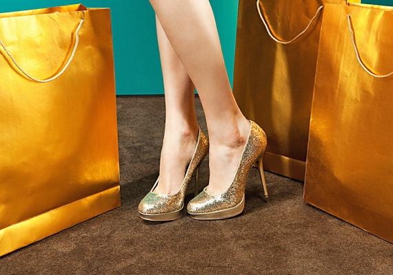 A tűsarok a sarkaidnak jelent nagy kihívást, hiszen a lábaid hátsó traktusára terelik a tested súlypontját, ami könnyen megnyomhatja a bőrödet, így a tyúkszemnek is nagyobb esélye van a kialakulásra. Azt javasoljuk, ha tűsarkút választasz, vásárolj bele zselés sarokemelőt, ez picit hűt, és nagyobb mozgást is enged a lábaidnak.