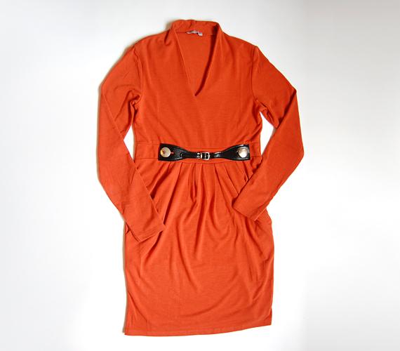 Őszies színben, derékhangsúlyos övrátéttel a tökéletes stílusossághoz! Akinek jól áll a narancssárga, az boldogan tündökölhet ebben a ruhában a hétköznapokon.Az AsiaCenterben 3000 forintért találod a ruhát.