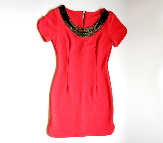 Az élénk színek és a csillogó részletek szerelmeseinek ajánljuk ezt a ruhát, amit az AsiaCenterben 3800 forintért tudsz megvásárolni.