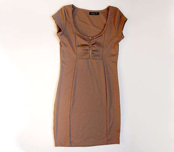 Visszafogott színe miatt remekül kombinálható ez a kis ruha, melynek mellrészét egy erőteljes cipzárrátéttel tettek érdekesebbé. 1995 forintért tudod megvenni az AsiaCenterben.