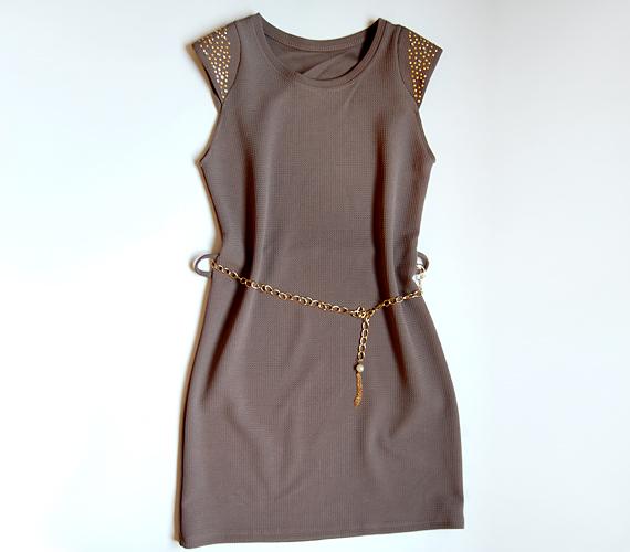 Ezt az egyszerű szürke kis ruhát a vállrész fémrátétei és a nőies alakot hangsúlyozó öv teszi remek választássá. 3990 forintért találod az AsiaCenterben.