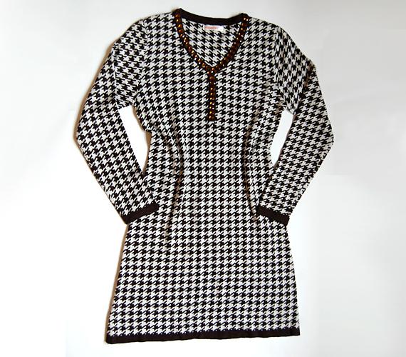 A tyúklábminta újra divatos. Ha szereted a retró hangulatot, akkor bátran kipróbálhatod, hogy hogy érzed magad benne. A ruha ára 5990 forint az AsiaCenterben.