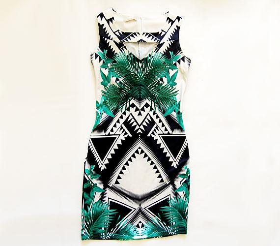 Ennek a ruhának a geometrikus mintán túl a pálmalevelek adnak fiatalos hangulatot. Igazi nyárra való ruha, melyet a hétköznapokban éppúgy hordhatsz, mint egy esti kerti partin.A ruhát az AsiaCenterben tudod megvásárolni 13 900 forintért.