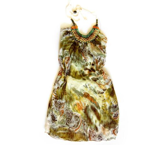A nyaralás ideje alatt ebben a könnyed, etno hangulatú ruhában remekül fogod érezni magad, miközben környezeted nem győz majd azon csodálkozni, mennyire fiatalos vagy.Az AsiaCenterben található ruha ára 3000 forint.