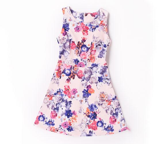A romantikus minták kedvelőinek lehet kedves ez a ruha, amely bájos, mégis nőies megjelenést biztosít.Az AsiaCenterben ez a ruha 4500 forint.