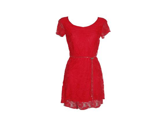 A piros és a csipke jó kombináció, ha szereted a romantikus stílust. A Vivien márkanevet viselő ruha 4100 forintért lehet a tiéd. Asia Center/MK Áruház.