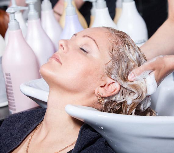 A töredezett, fakó haj öregebbnek tüntethet fel, ezért érdemes néha a hajat is kozmetikáztatni, pakolásokkal kényeztetni.