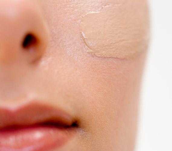 A korrektort nem csupán a szemed alatt használhatod. Az orrod mellett, az ajkaknál nemcsak a pattanásokat fedi el, de fiatalabbnak tűnhetsz a fényjátéktól.