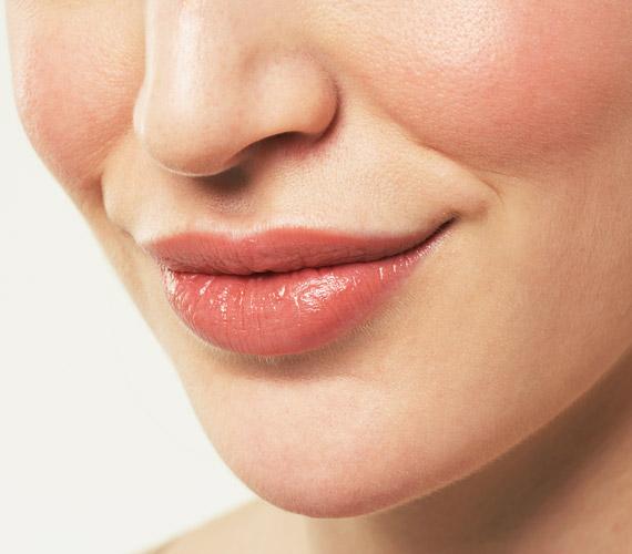 Az ajkak bőrében nincs túl sok faggyúmirigy, ezért hamarabb öregszik itt a bőr, mint máshol. Ápold rendszeresen természetes zsírokkal, például kakaóvajjal, és időnként radírozd át egy puha fogkefével.