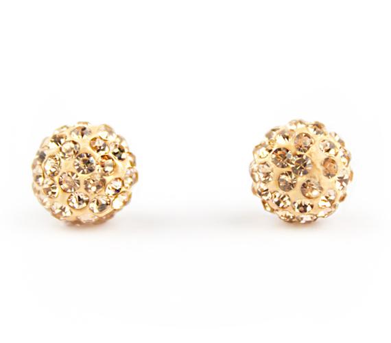 Gyönyörűen csillogó, aranyszínű, kristályokkal kirakott shamballa gömbfülbevaló. A fényben millió szikrát vet és csodásan csillog ez az aprócska ékszer. Időálló és rendkívül ízléses darab, így nem csupán saját részre, hanem ajándékként is kitűnő választás. Ára: 1290 forint.