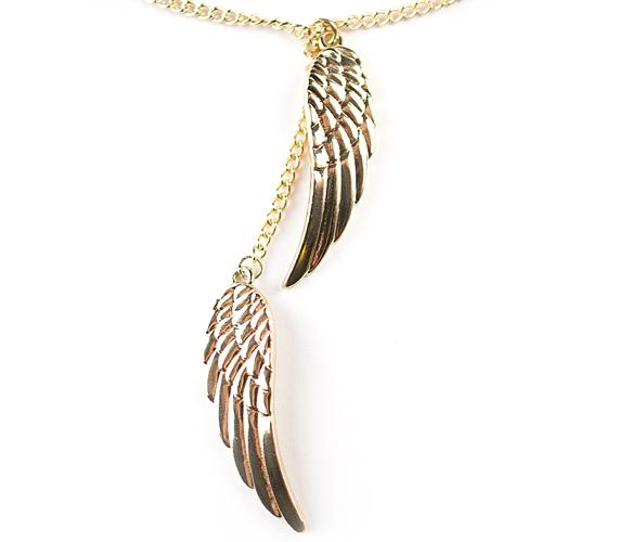 Az aranyszínű nyaklánc dísze a szépen kidolgozott, dupla angyalszárnymedál, amely motívum a szabadság szimbóluma. Az egyik szárny közvetlenül a láncról csüng, a párja egy kis lánc meghosszabbításán, lágyan lengedezik a másik alatt. Ára: 1590 forint.