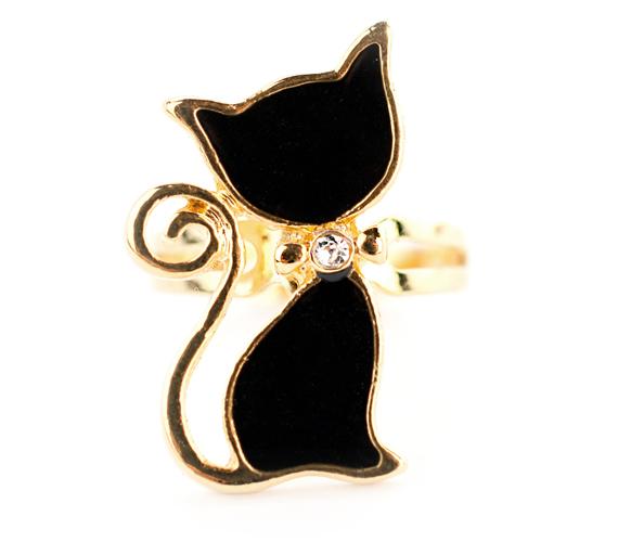 Bájos, fekete, cicát formázó gyűrű aranyszínű kontúrral, amelyet a nyakán található strasszal díszített masni tesz még helyesebbé. A gyűrűméret állíthatóságának köszönhetően mindenki számára kényelmes viselet. Ára: 890 forint.