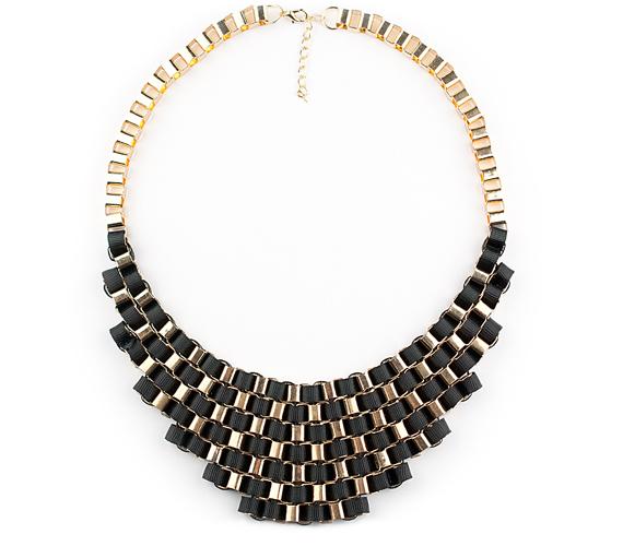 Rendkívül elegáns, különleges formatervezésű, az aranyszín és az ébenfekete összhangjára épülő nyaklánc. A nikkelmentes fémötvözetből készült aranyszínű rész egészen különleges módon fonódik össze az apró bordákkal díszített, vastag fekete selyemszalaggal.                         Gyönyörű, feltűnő ékszer, ami önmagában is öltöztet, így egy egyszerű garbón éppoly jól mutat, mint például egy elegáns, mélyen dekoltált ruhához. Ára 1990 forint