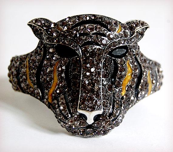 Ez a kövekkel kirakott tigris megkapóan fog mutatni a csuklódon! A Hien Tuannál kapható karkötő ára 4900 forint.