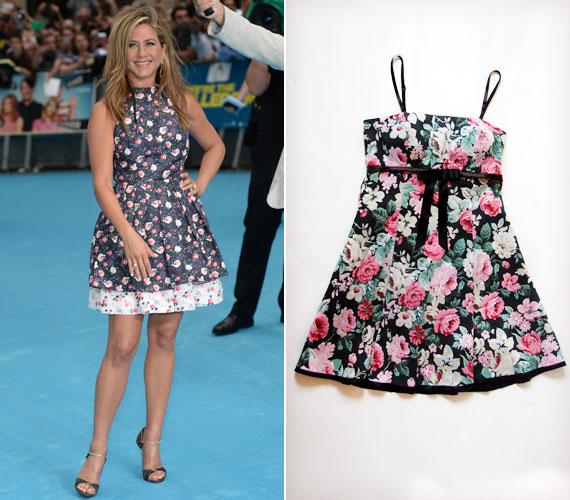 A virágos minta továbbra is folytatja hódító útját, és már nemcsak a piacra sétálva, hanem a kisestélyiken is. Jennifer Anistonnak is bájos kisugárzást ad ez a kis ruha, és végre nem csak a tőle eddig megszokott minimalista stílust láthatjuk rajta. Üdítő ez a változás!